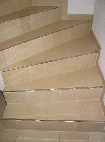 gewendelte treppe fliesen kreative ideen f r innendekoration und wohndesign. Black Bedroom Furniture Sets. Home Design Ideas